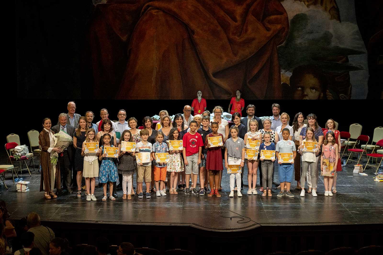 Les quatorze finalistes et les autrices sur la scène de la Comédie-Française.