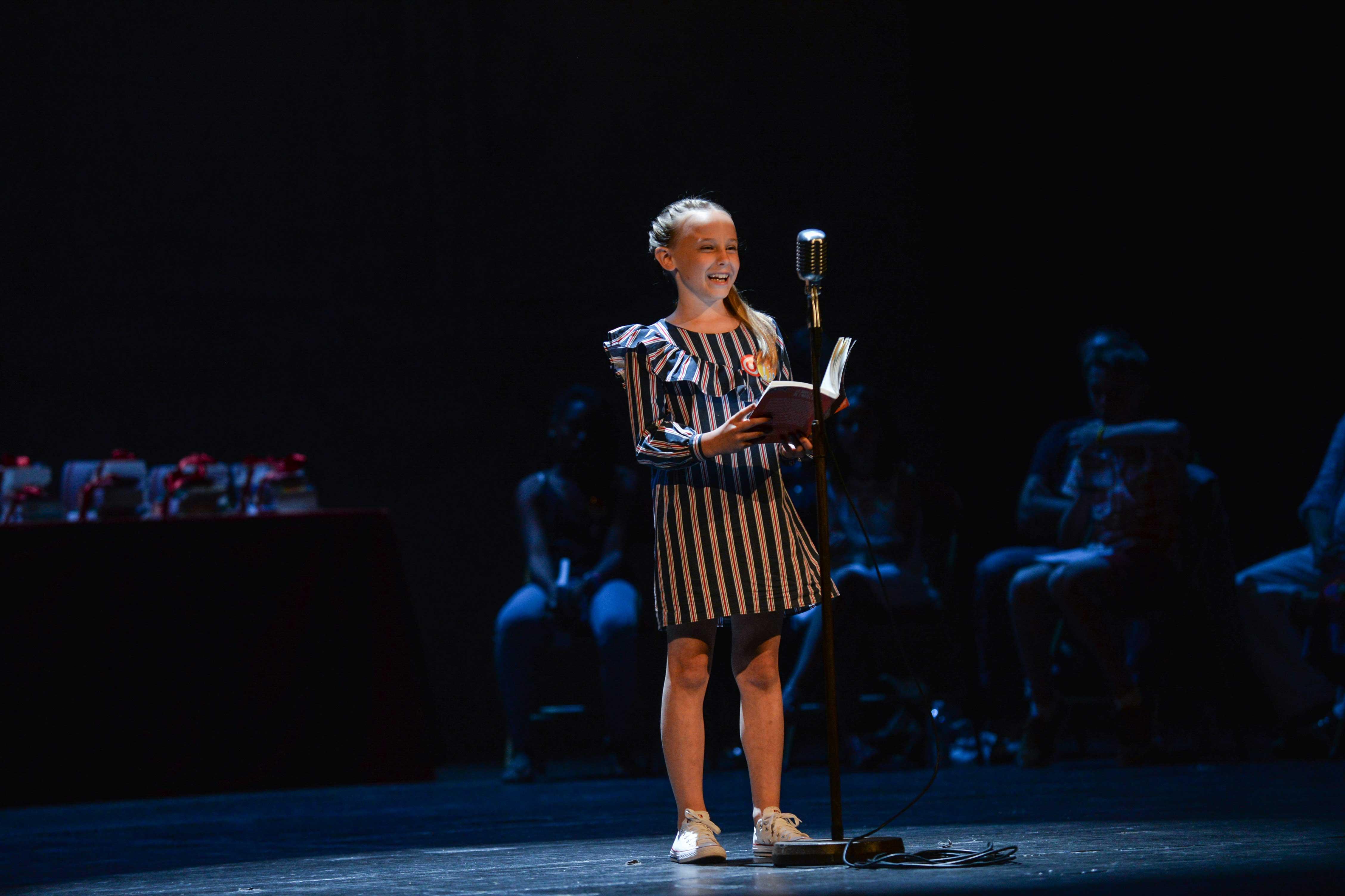 Photo de Chloé en pleine lecture sur scène 2018