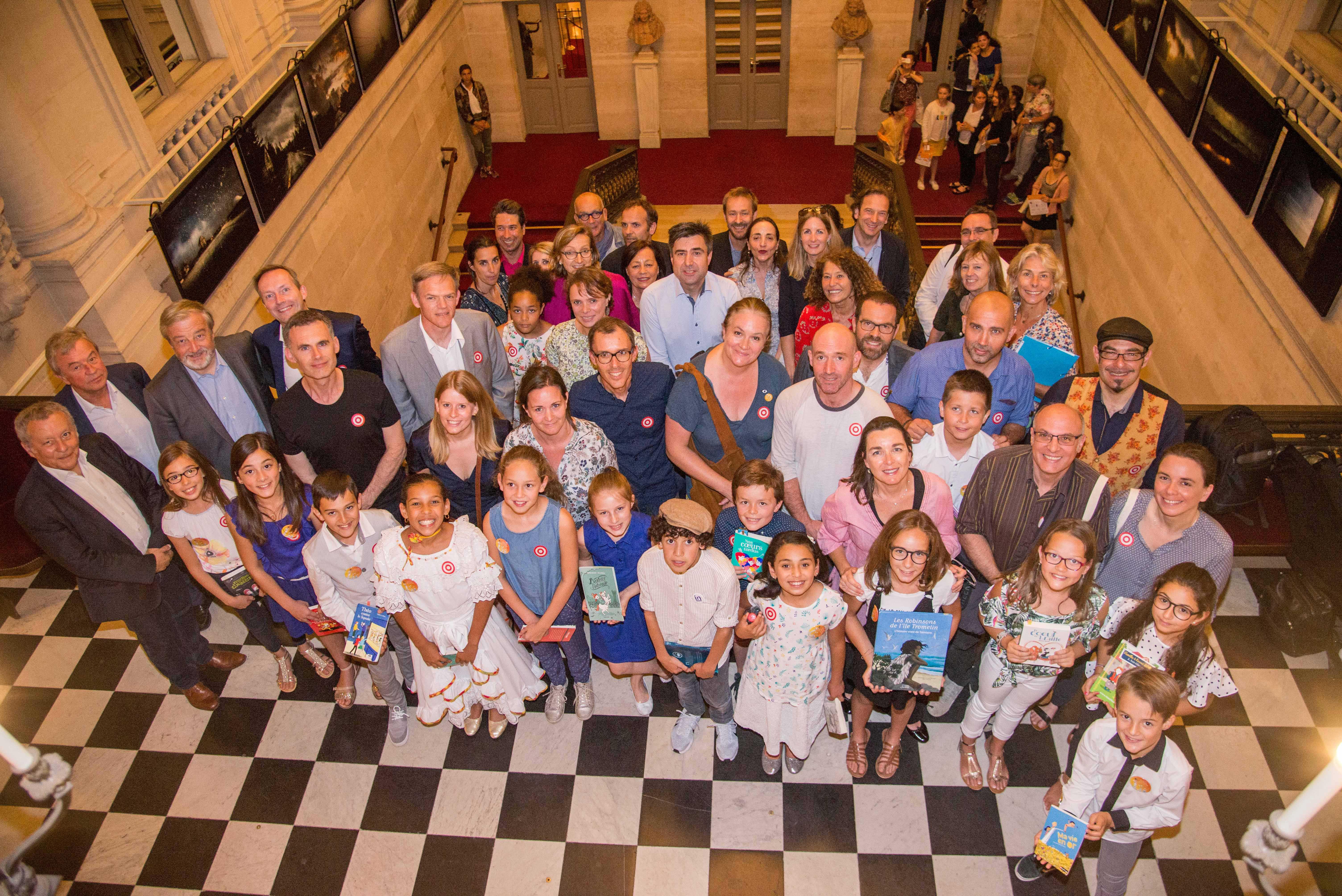 Photo du groupe de finalistes des auteurs et du jury