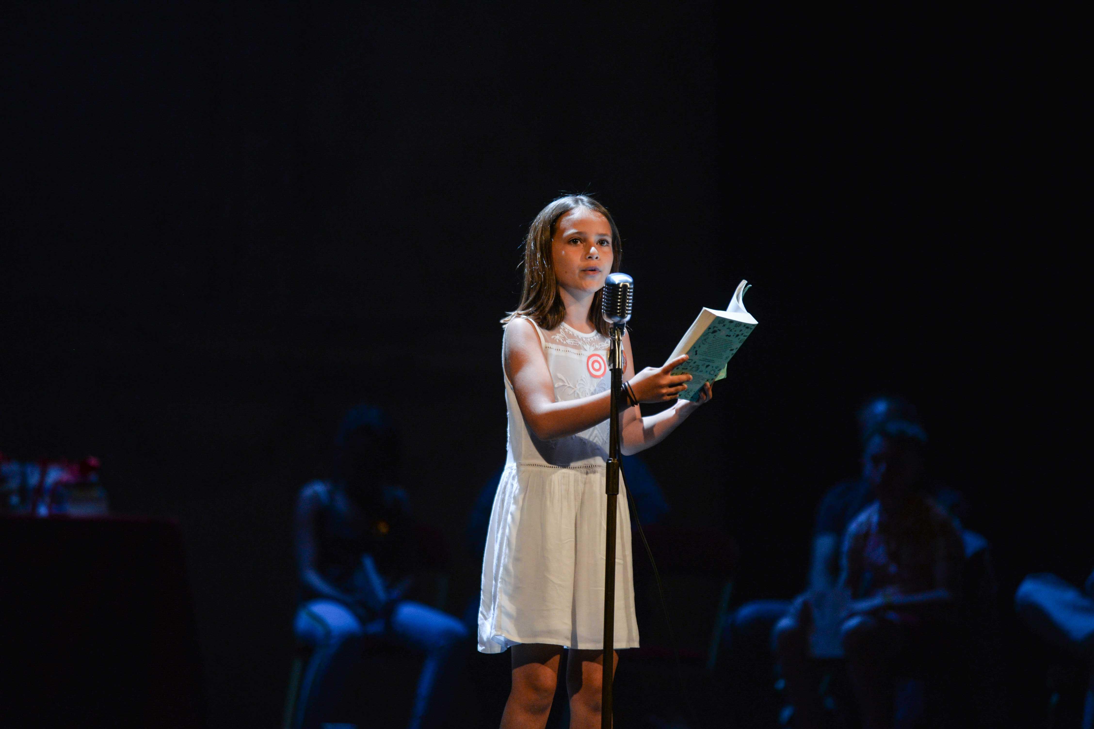 Photo de Julie en pleine lecture sur scène 2018