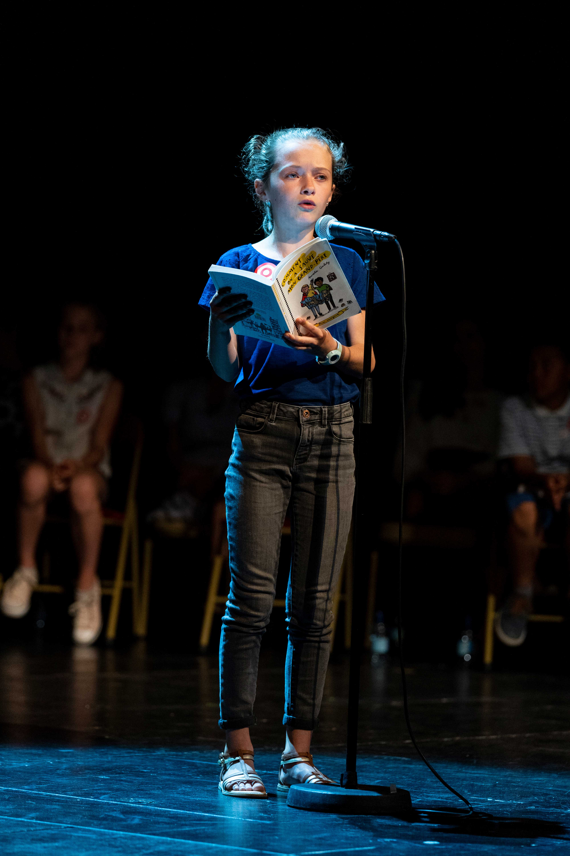 Photo de Rachel en pleine lecture sur scène 2019