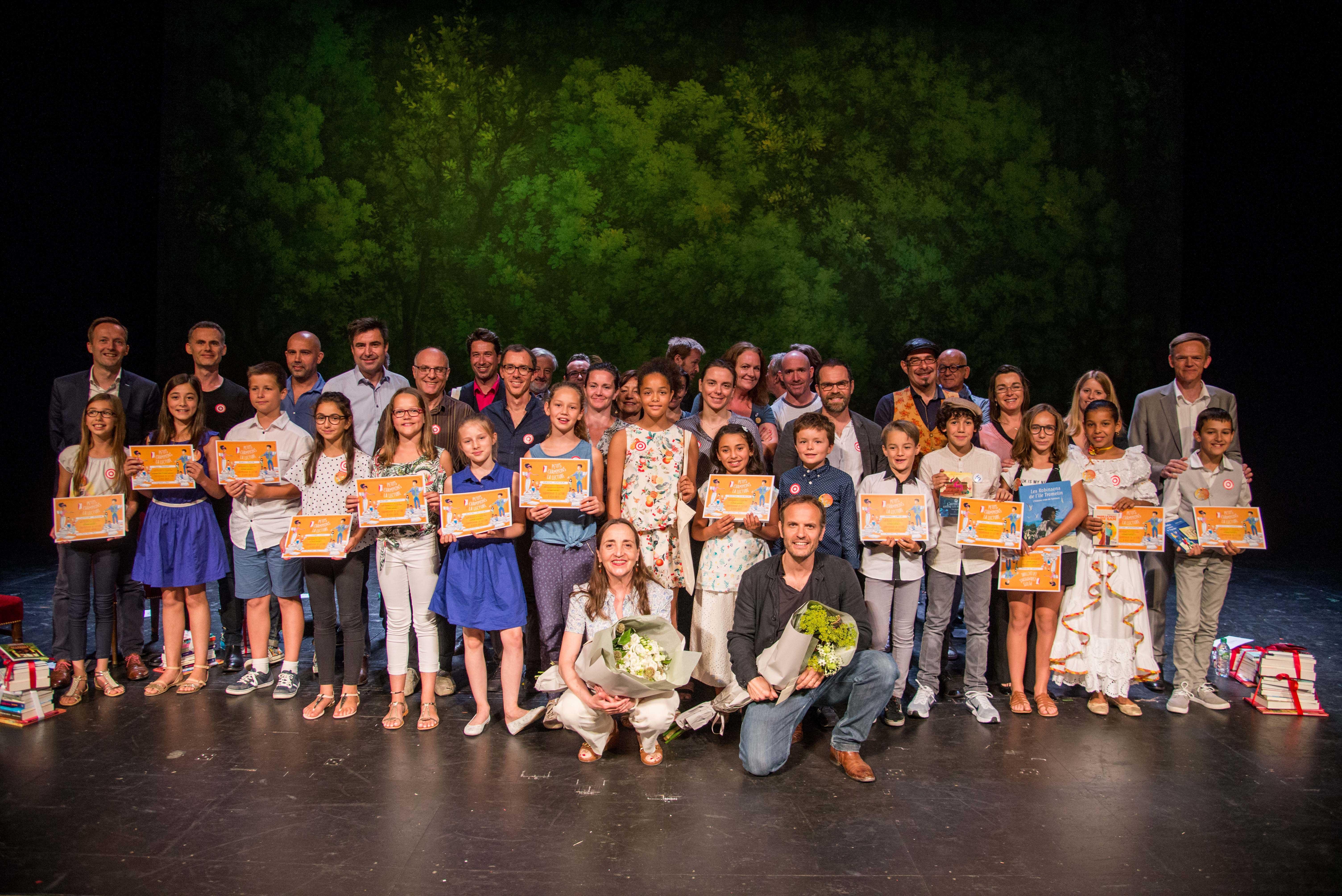 Photo des enfants sur scène avec leur diplôme